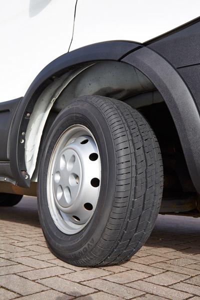 Nouvelles dimensions de pneus Avon AV11