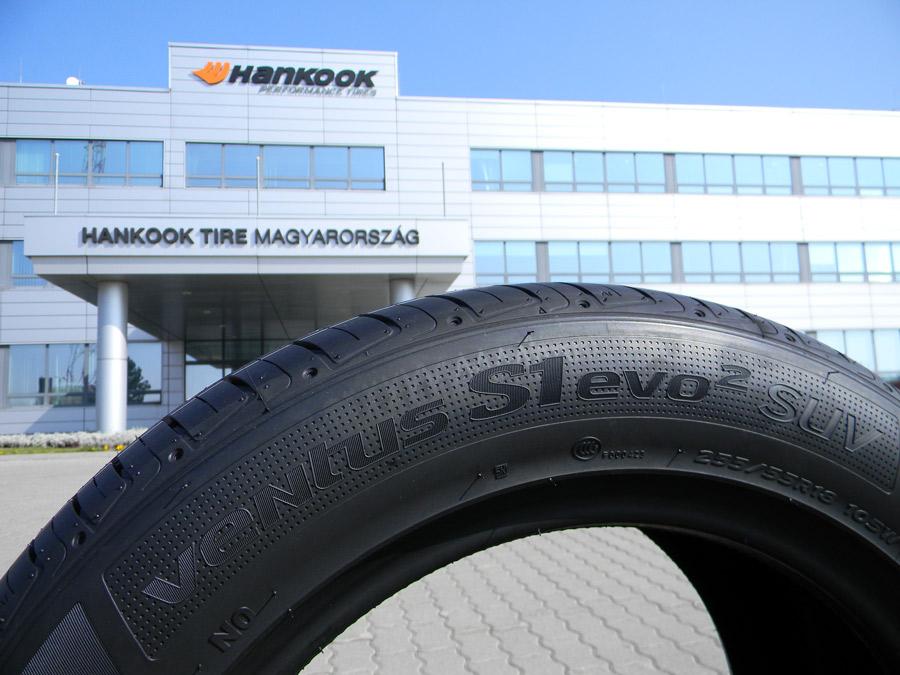 Hankook en monte d'origine sur le Porsche Macan