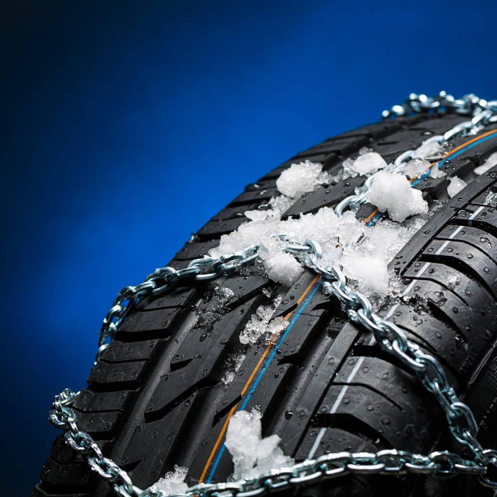 Des pneus hiver avec de la neige