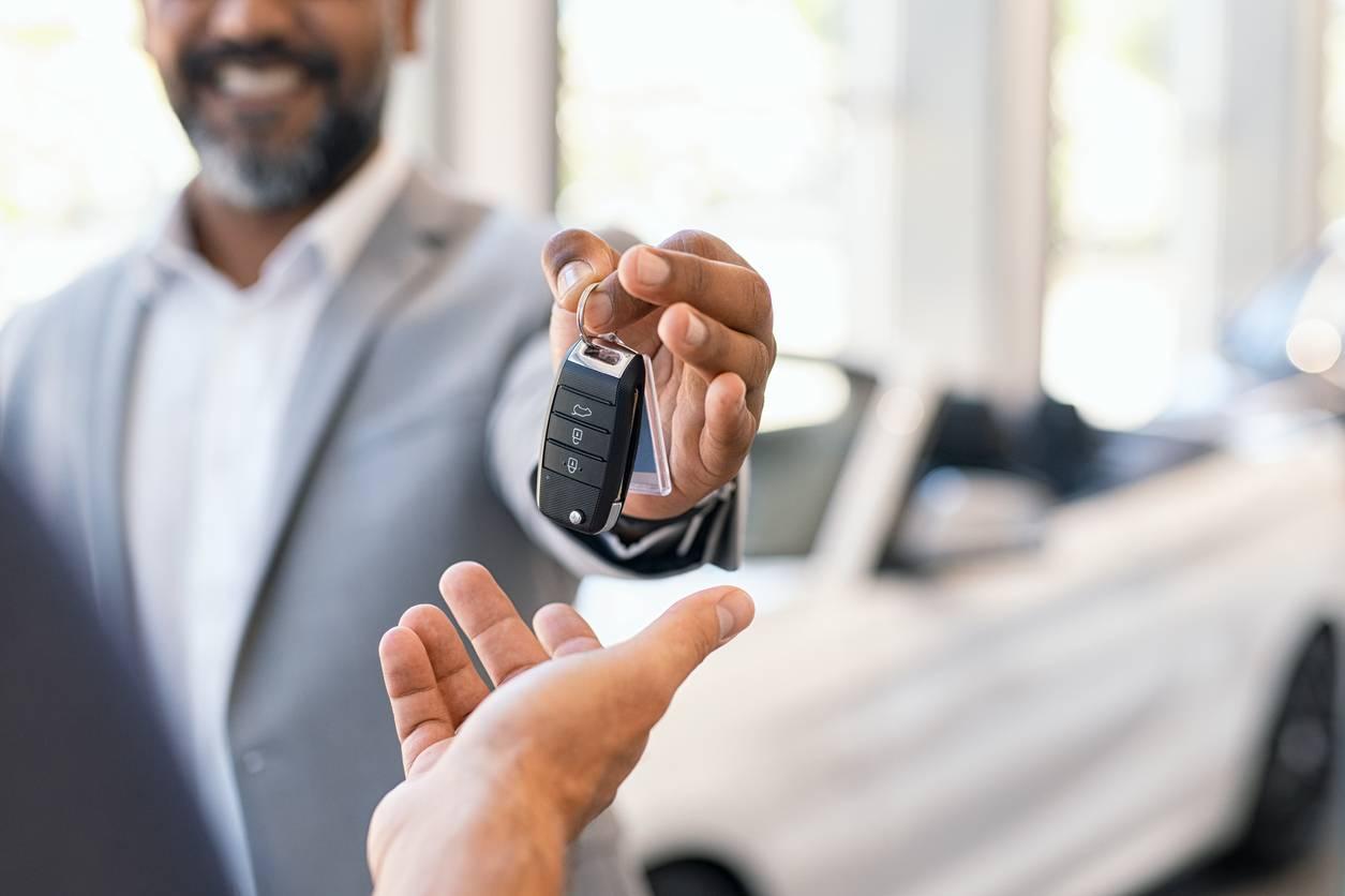 La vérification d'une voiture d'occasion avant de l'acheter